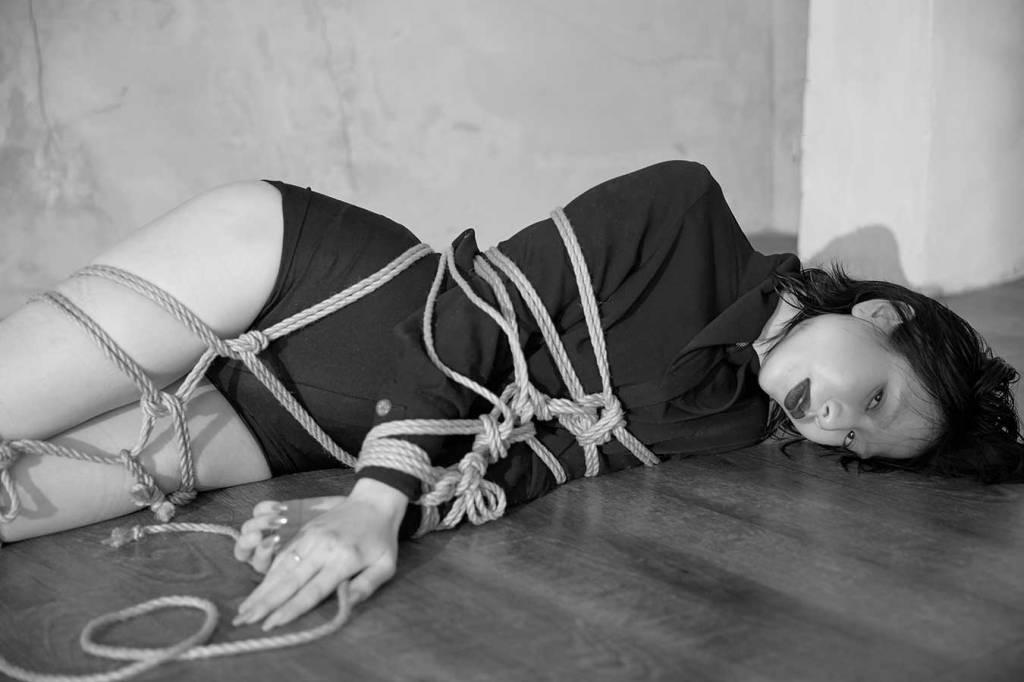 jenn lee, shibari ties, shibari knots, shibari design, fashion designer, taiwan designer, dennis fei, black and white photography